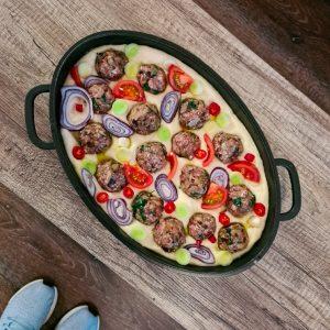 מאפה של פוקצ'ה המתבשלת עם כדורי בשר