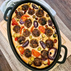 מאפה שחום של פוקצ'ה וכדורי בשר עם ירקות